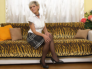 Sexy Grandma Getting Her Hairy Pussy Wet - MatureNL dutch european